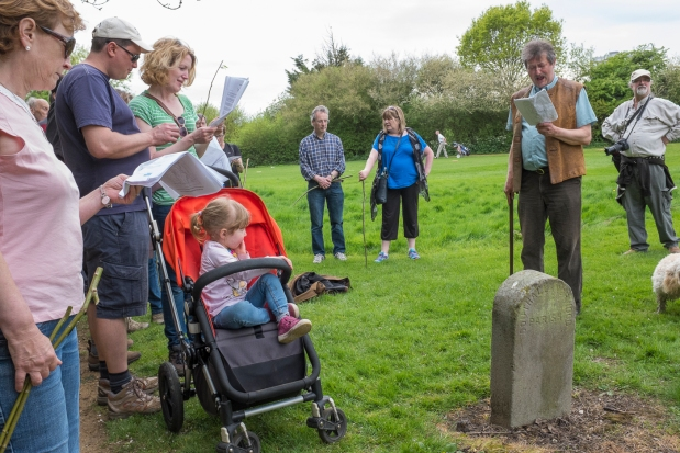 Singing at the final boundary stone Photo: Laura Cuch