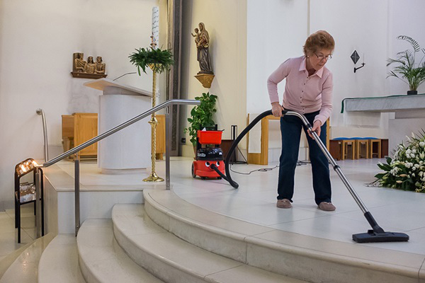 Betty cleaning at Our Lady & St Joseph Church in Hanwell (© Laura Cuch, 2015)